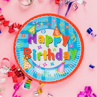 Placa de cartão dizendo 'feliz aniversário'