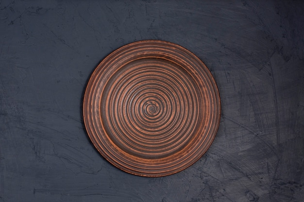 Placa de cerâmica marrom em uma mesa preta