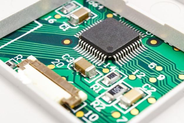 Placa de circuito com componentes eletrônicos instalados