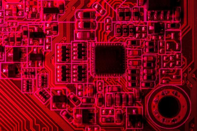 Placa de circuito com tema vermelho com close-up de chip