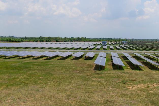 Placa de circuito de célula solar foi instalada em grande número para carregar como eletricidade para venda e usada em plantas industriais