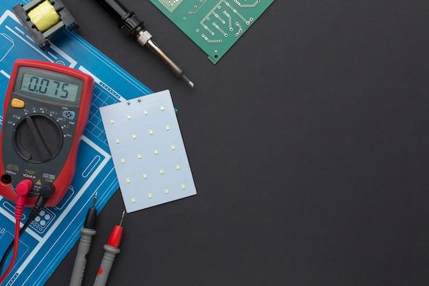 Placa de circuito de close-up com multímetro
