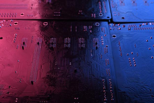 Placa de circuito eletrônico abstrata, linhas e componentes da placa-mãe do computador, linda cor vermelha e azul