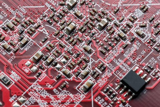 Placa de circuito eletrônico close-up, processador, chips e capacitores.