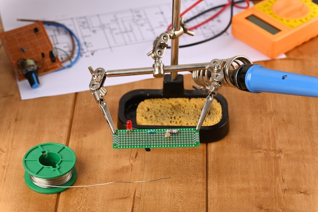 Placa de circuito eletrônico na mão amiga.