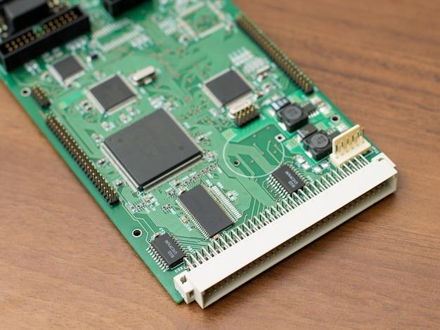 Placa de circuito verde com uma ficha grande