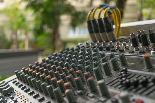 Placa de controle do mixer de som com botões de volume.