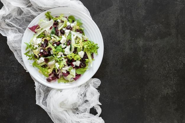Placa de cópia-espaço com salada fresca