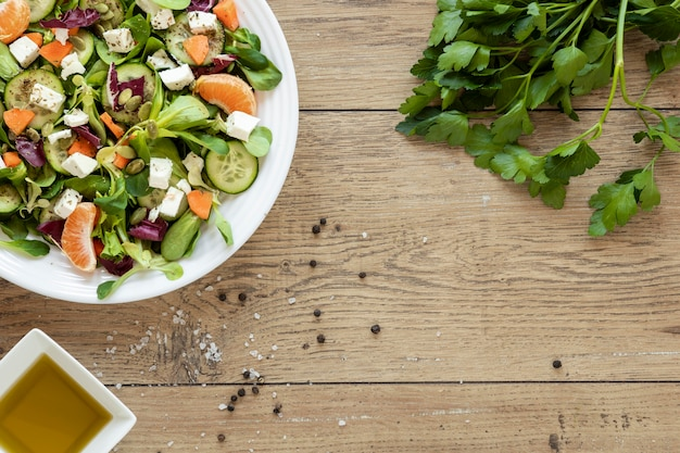 Placa de cópia-espaço com salada