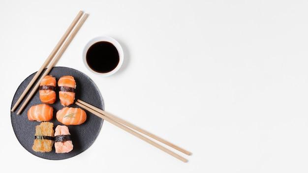 Placa de cópia-espaço com sushi