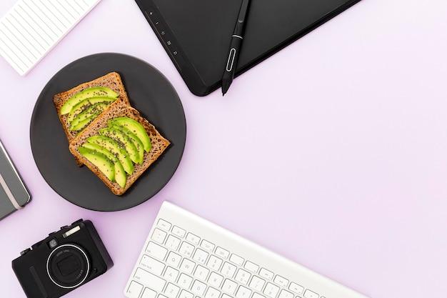 Placa de cópia-espaço com torradas e abacate no café da manhã