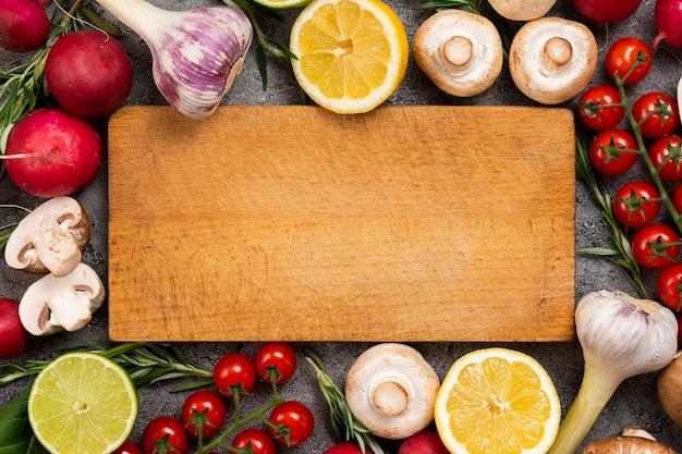 Placa de corte com moldura de legumes