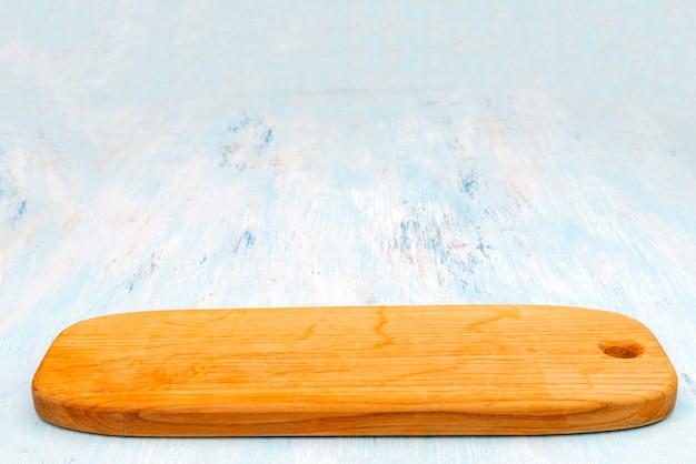 Placa de corte de carvalho de madeira. utensílios de cozinha. copie o espaço.