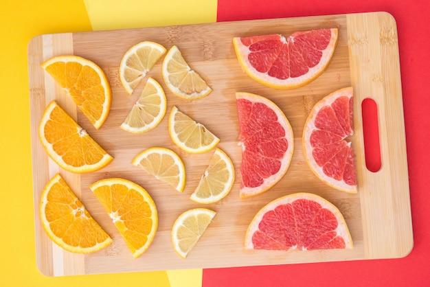 Placa de corte de composição colorida fruta cítrica