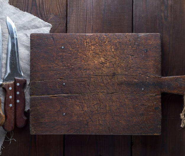 Placa de corte de cozinha de madeira marrom muito antiga