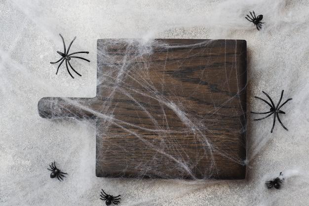 Placa de corte de madeira com aranhas