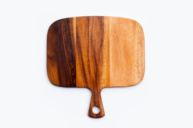 Placa de corte de madeira em fundo branco.