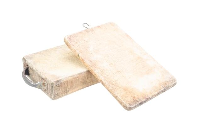 Placa de corte de madeira velha isolada com traçado de recorte