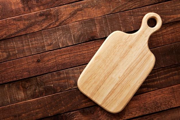 Placa de corte em uma mesa de madeira, vista superior