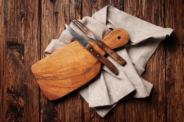 Placa de corte na mesa de madeira vintage