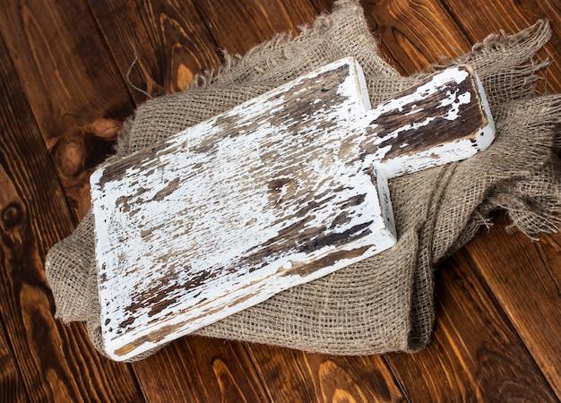 Placa de corte na mesa de madeira, vista superior