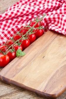 Placa de corte vazia. conceito de cozinha italiana
