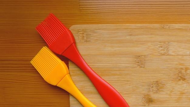 Placa de corte vazia no conceito de fundo de comida de pranchas. cozinha e conceito de cozinha em fundo de madeira. espaço para texto