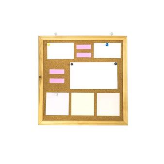 Placa de cortiça closeup com nota de papel isolada no fundo branco