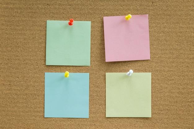 Placa de cortiça com notas de papel em branco para adicionar mensagem de texto.
