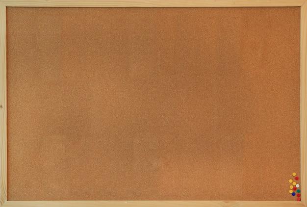 Placa de cortiça em branco com pinos
