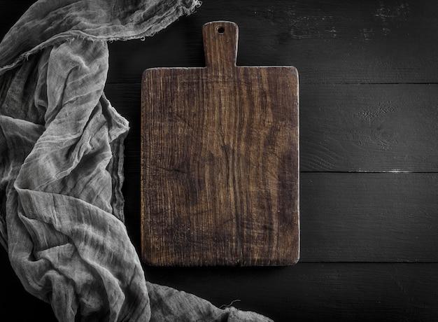 Placa de cozinha de madeira marrom muito antiga vazia