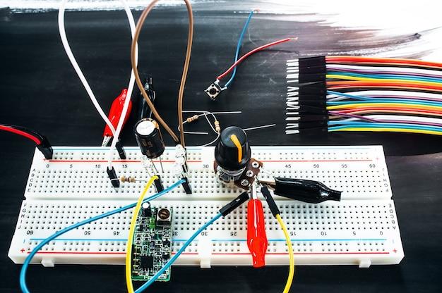 Placa de ensaio com conexões e conjunto de cabos coloridos