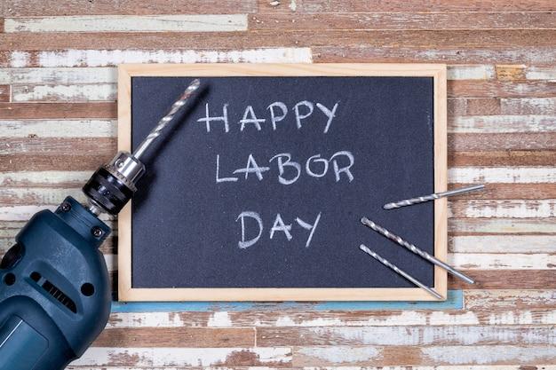 Placa de giz com texto feliz dia do trabalho