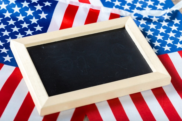 Placa de giz em branco com bandeira americana