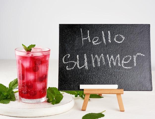 Placa de giz preto e bebida de verão