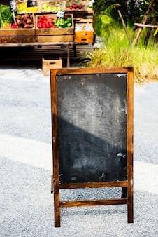 Placa de giz preto em branco no mercado do fazendeiro