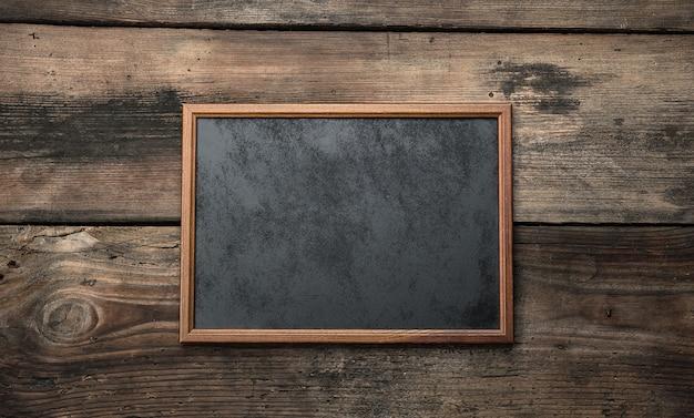 Placa de giz vazia de madeira em madeira marrom