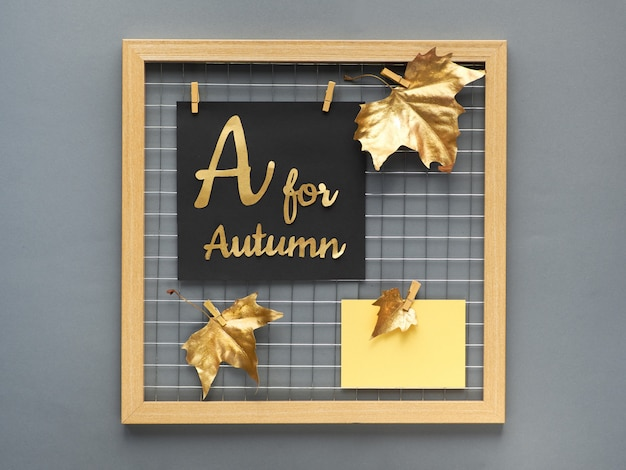 Placa de grade de foto com folhas de outono douradas, texto