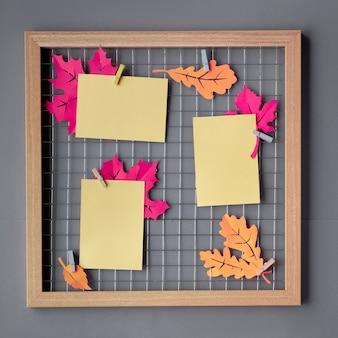 Placa de grade de foto com papel roxo folhas de outono, maquete para suas fotos ou letras