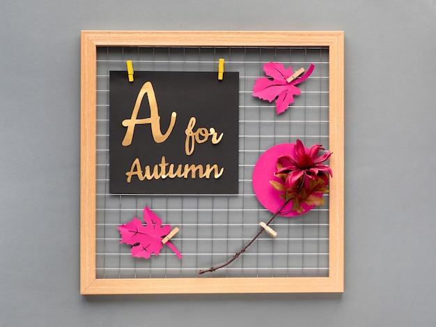 Placa de grade de foto com papel roxo folhas de outono, uma flor e papel de texto