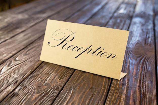 Placa de identificação de papel na velha mesa de madeira