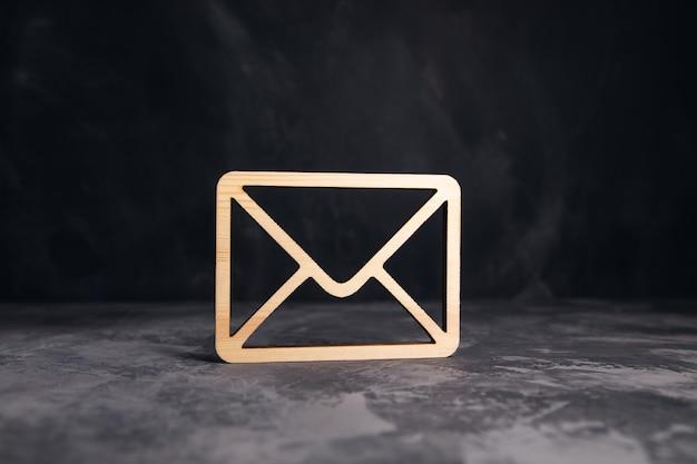 Placa de letra de madeira na mesa cinza