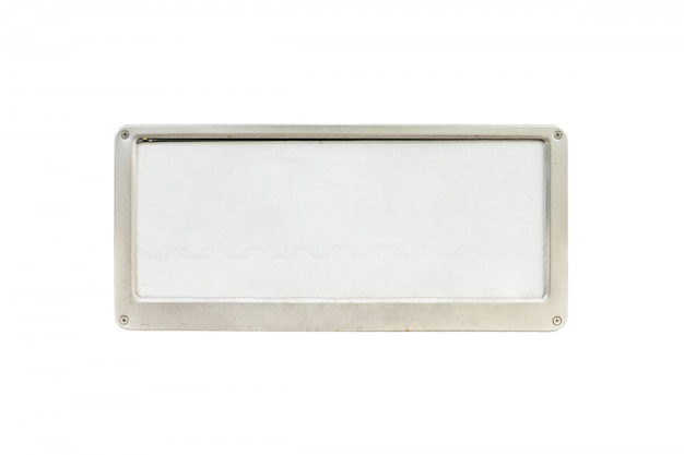 Placa de licença branca velha do close up na frente do carro isolado no fundo branco