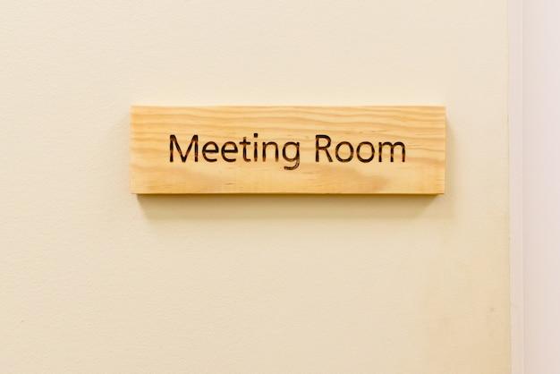 Placa de madeira com a palavra sala de reunião