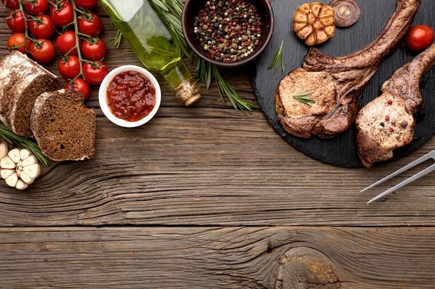 Placa de madeira com carne cozida com cópia espaço