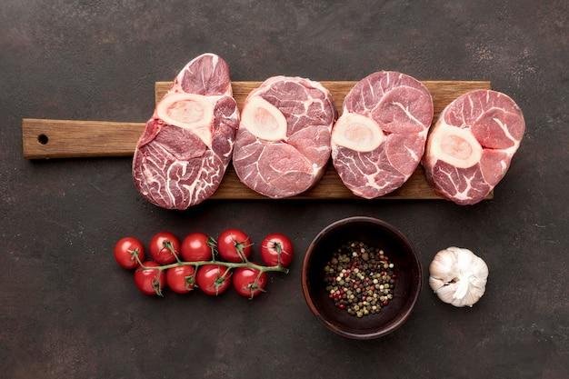 Placa de madeira com carne crua