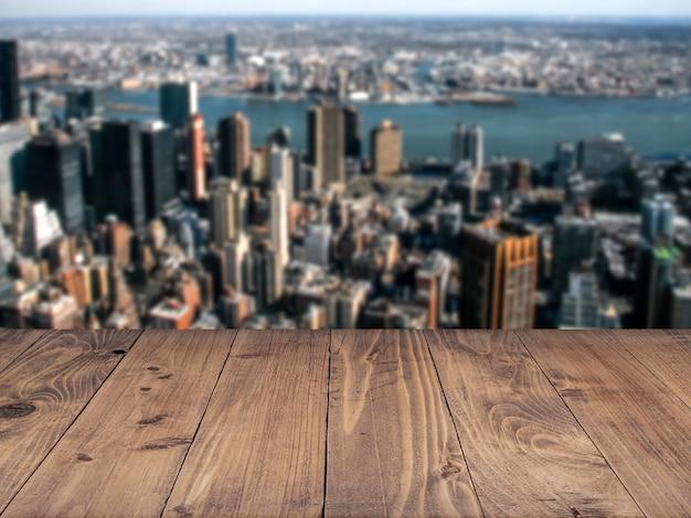 Placa de madeira com cidade desbotada