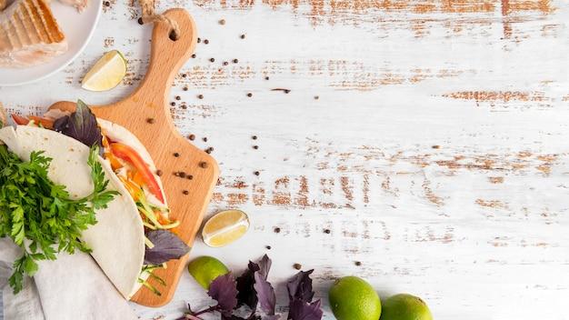 Placa de madeira com espaço para cópia e envoltório de kebab