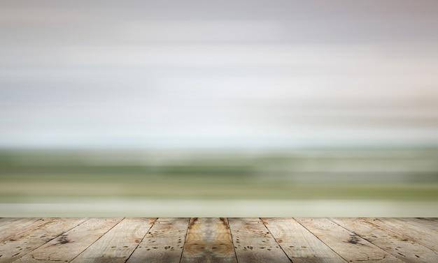 Placa de madeira com fundo abstrato borrado.