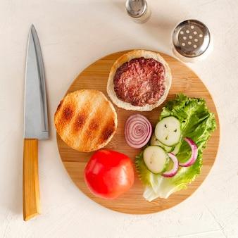 Placa de madeira com hambúrguer